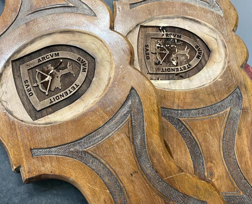 Grabado láse de escudo en respaldos sillas de época