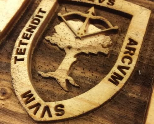 Grabado láser de escudo en letrero de madera para casa rural