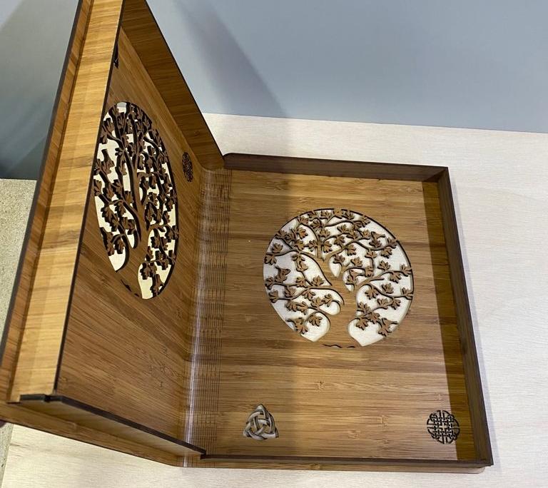 Funda de madera para libro semiabierta
